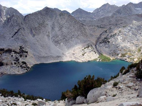 继续向上走,俯视Ruby Lake。